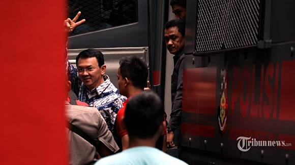 "Viewing the Case of ""Ahok vs Conservative Islamic Groups"" through The Lense of Agonistic Democracy"